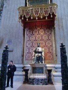 ローマバチカン市国サンピエトロ大聖堂キリスト最初の弟子で初代教皇聖ペテロ像