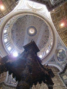 ローマバチカン市国サンピエトロ大聖堂聖ペテロの墓の真上にある教皇の祭壇を囲むベルニーニの天蓋上のミケランジェロクーポラ