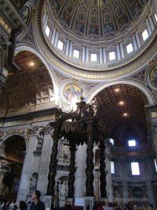 ローマバチカン市国サンピエトロ大聖堂聖ペテロの墓の真上にある教皇の祭壇を囲むベルニーニの天蓋